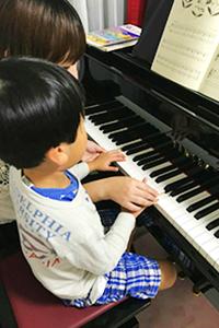 初めてピアノを習う子供