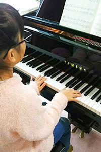 ピアノを弾く女子中学生