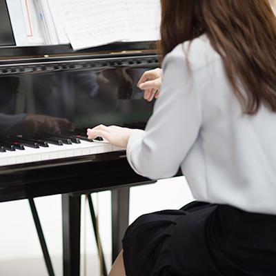ピアノを演奏する大人の女性