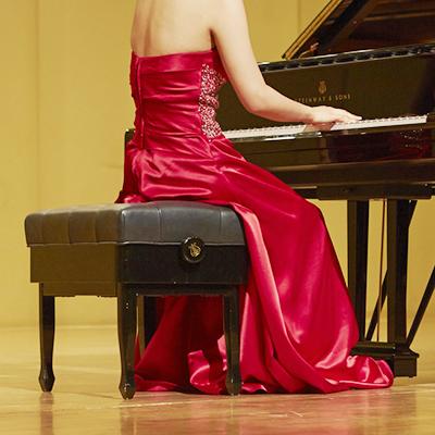 コンサートでピアノを演奏する女性